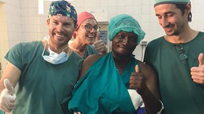 Humanitäre Einsätze Wir helfen benachteiligten Menschen, die der rekonstruktiven Chirurgie bedürfen.